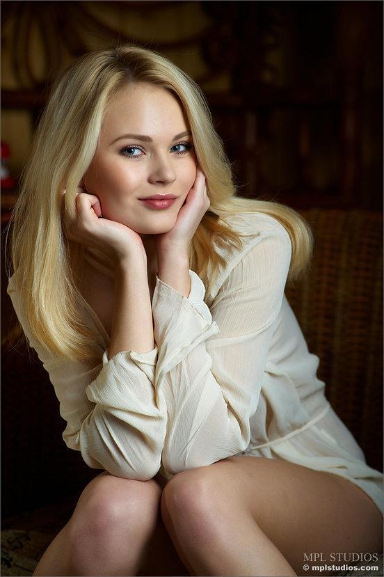 Эротические фото красивой девушки в белой льняной рубашке