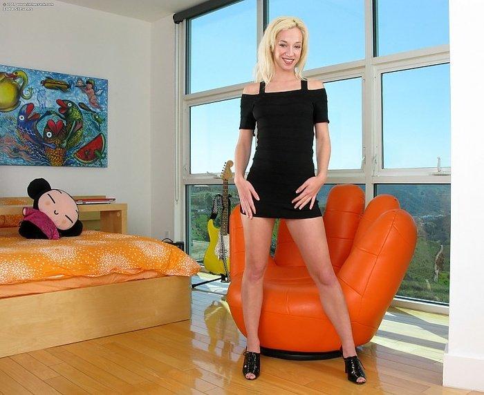 Эротическая фотогалерея блондиночки в оранжевом кресле
