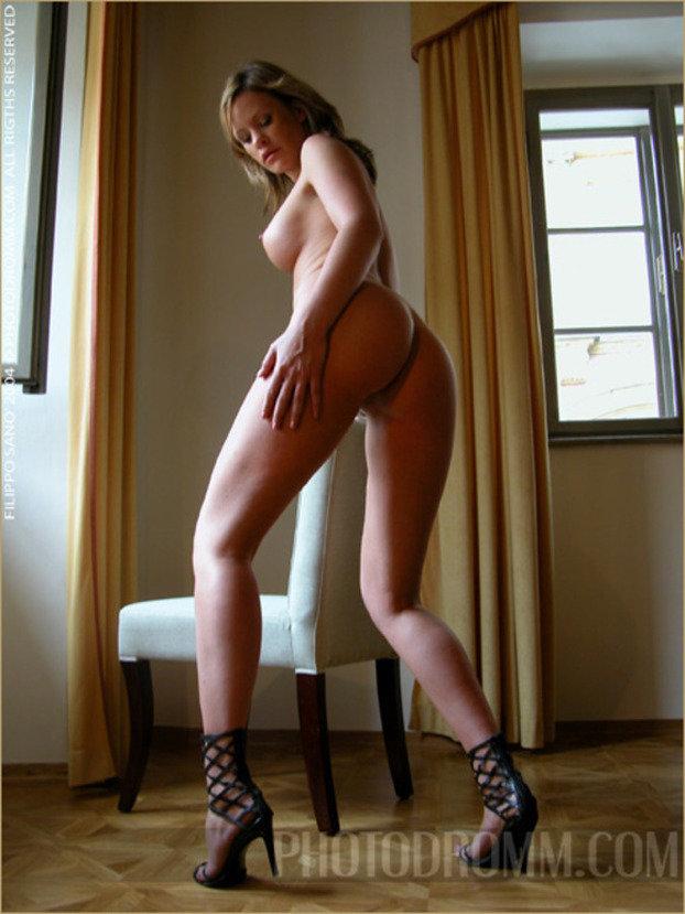 Эротические фото сексуальной блондинки в юбке с