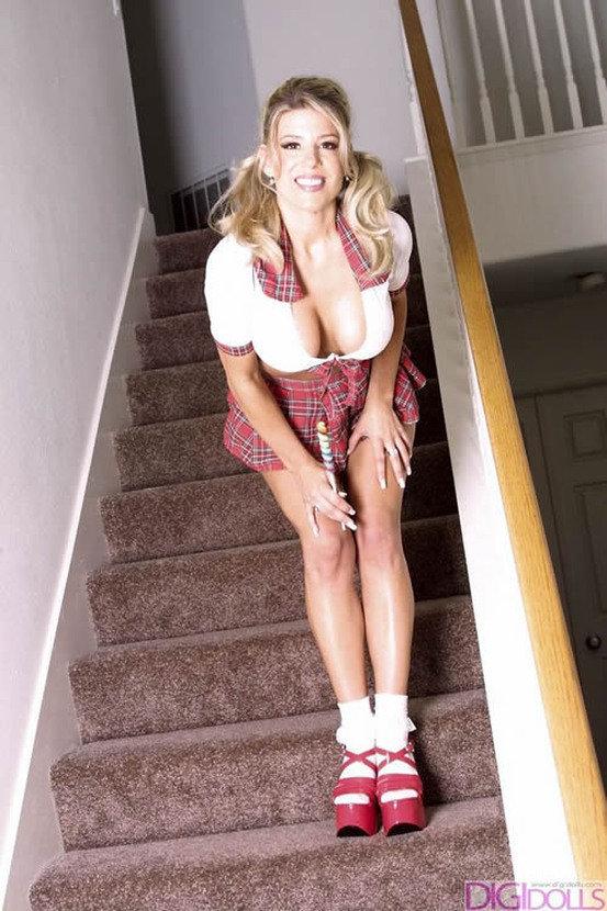 Эротические фотографии сексапильной блондиночки с леденцом