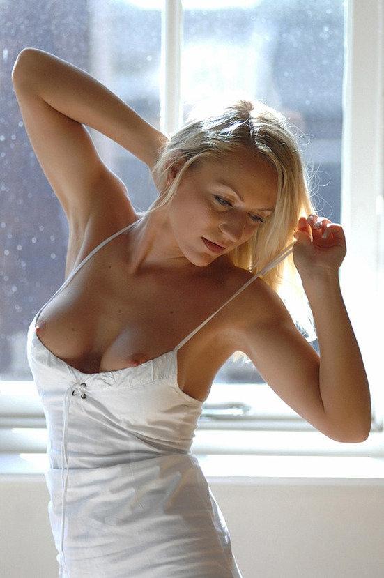 Эротические фотографии милой блондиночки в белом платьице