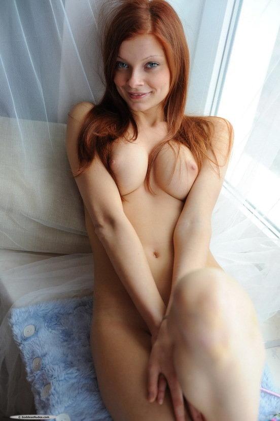 Эротический фотосет рыженькой девушки в цветастом платье