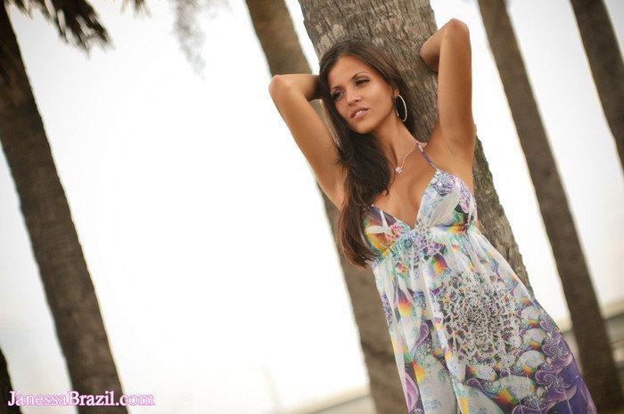 Эротическая фотосессия роскошной брюнетки в летнем платье