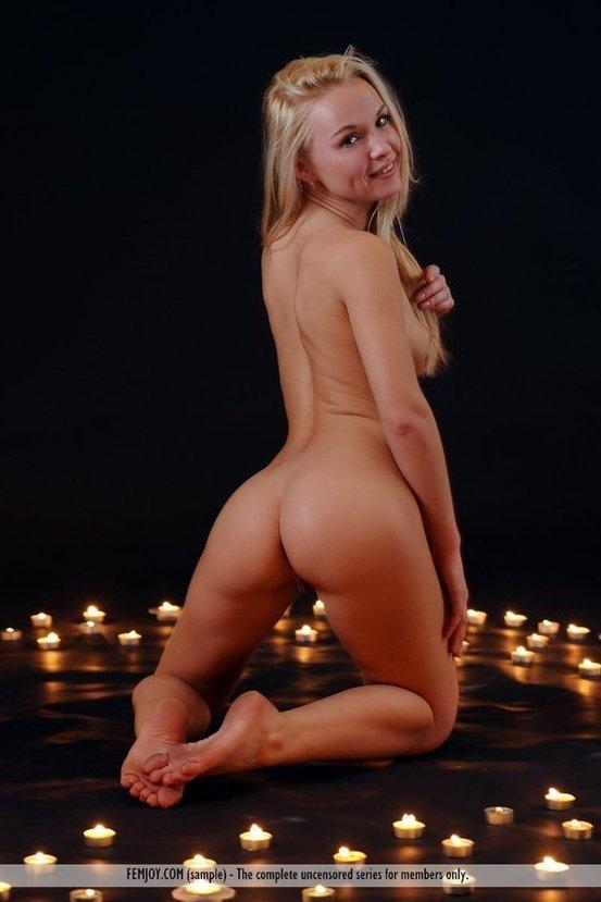 Эротические фото обнаженной девушки при свете дня и ночи