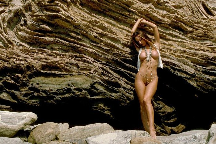 Эротическая фотогалерея голой девушки шатенки на скалах