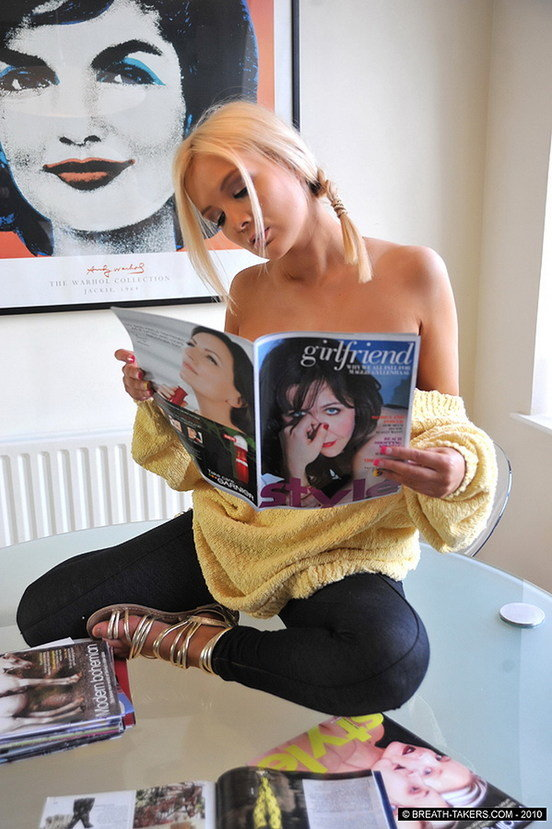 Эротические фото блондиночки в свободном желтом свитере