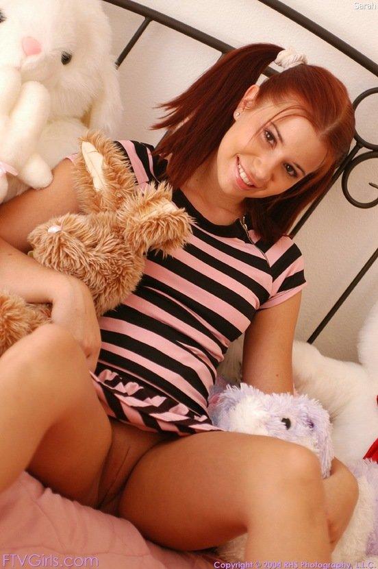 Эротический фотосет рыженькой девчушки с плюшевой игрушкой