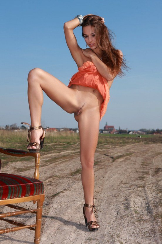 Эротическая фотогалерея шатенки секси в персиковом платье