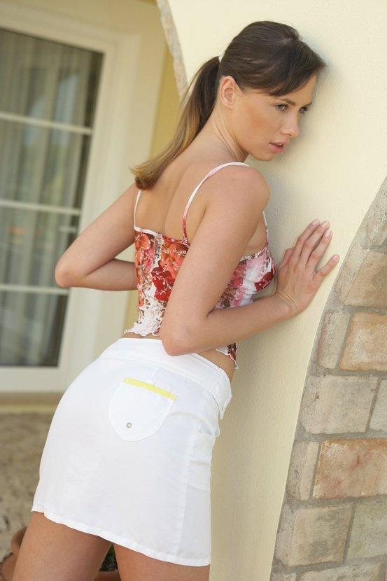 Эротический фотосет сексапильной девушки в белой юбочке