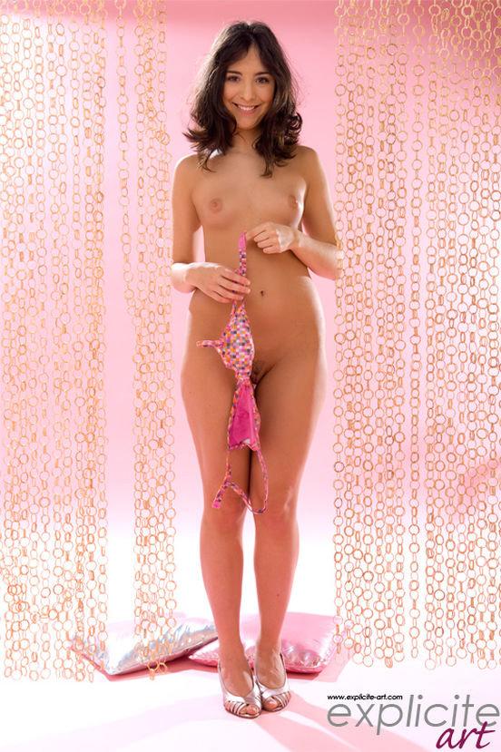 Эротическая фотогалерея милой шатеночки в розовом бикини