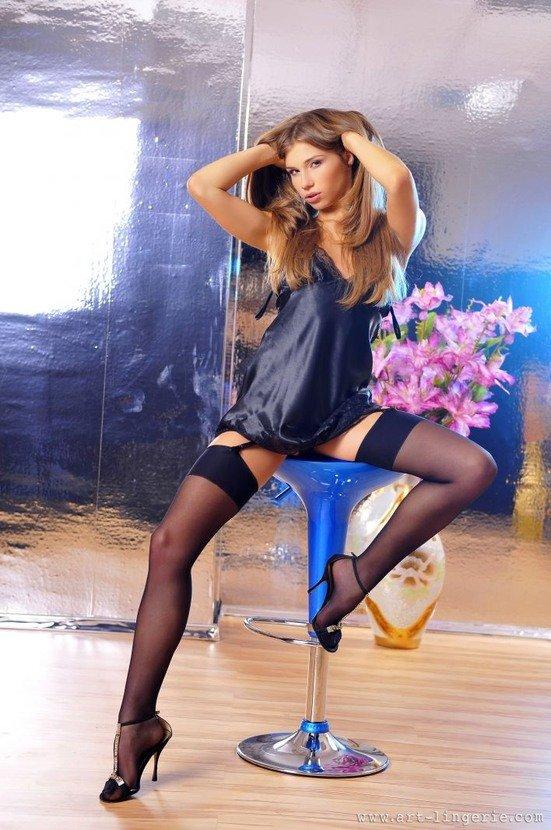 Эротические фото сексуальной девушки в темно-синем пеньюаре