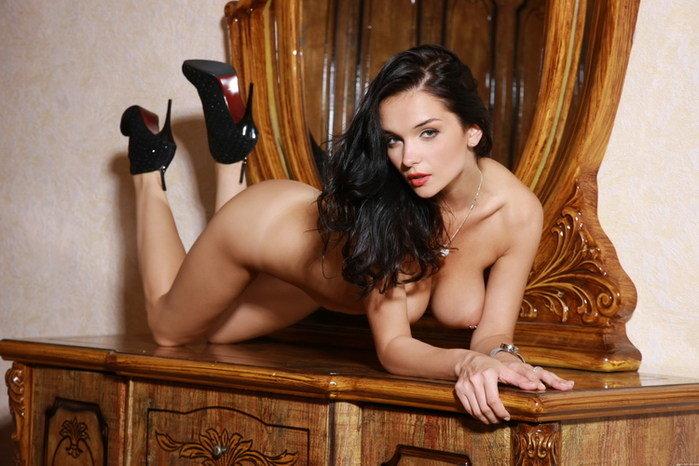 Эротические фотографии голой брюнетки в черных туфельках