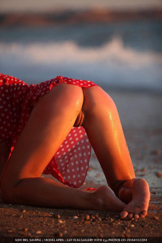 Эротический фотосет девушки в мокром красном платьице