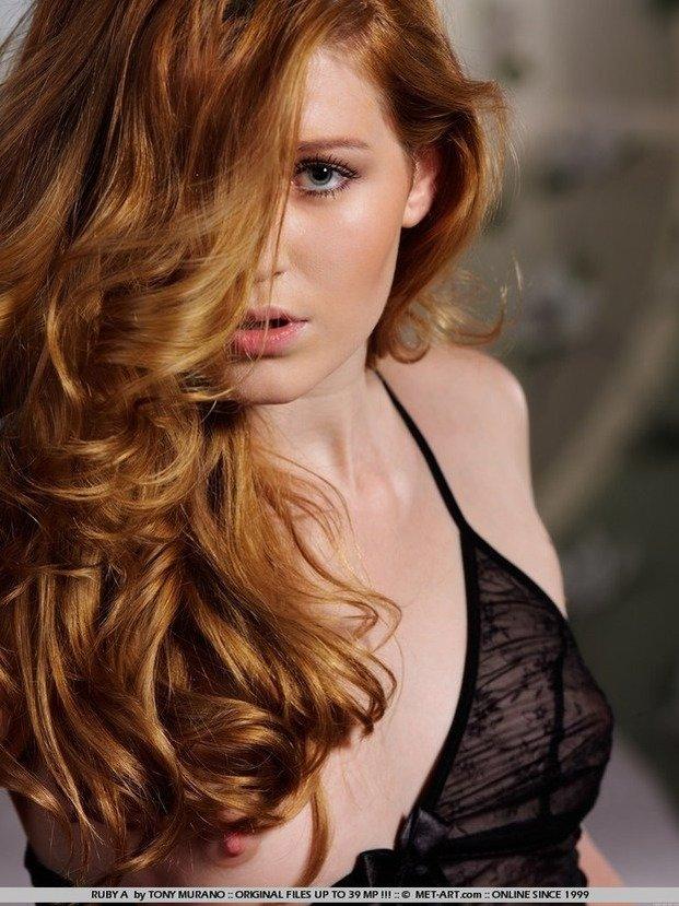 Эрогалерея рыженькой девушки в черном кружевном пеньюаре
