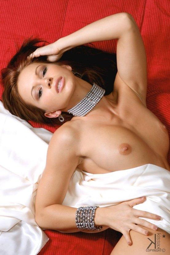Эротическая фотосессия девушки в прозрачной черной блузке