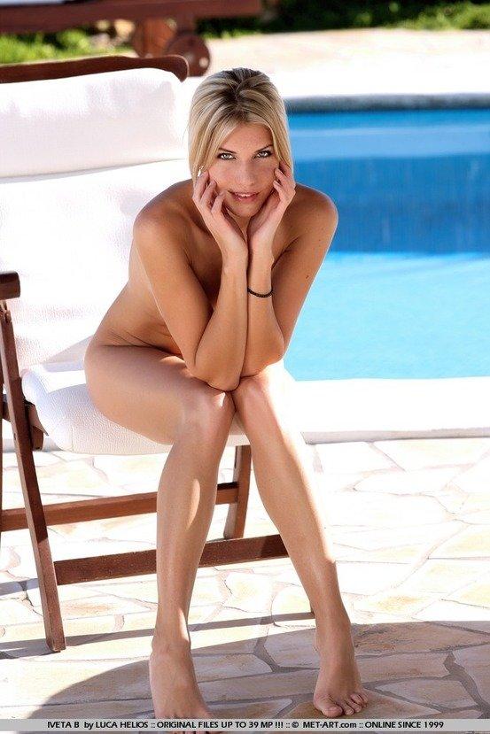Эротическая фотогалерея девушки блондинки у бассейна