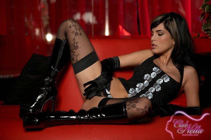 Эротические фотографии сексуальной девушки в черных чулках