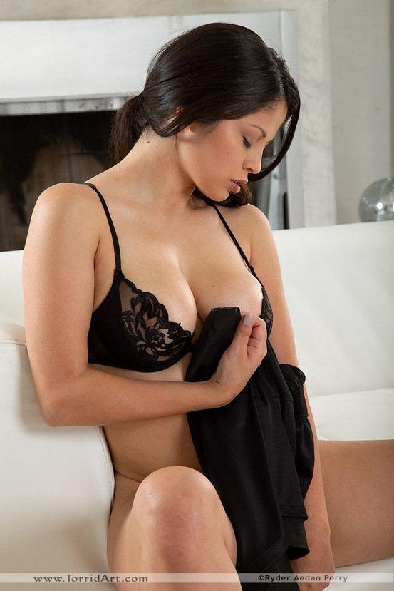 Эротическая галерея сексапильной брюнетки в черном платье