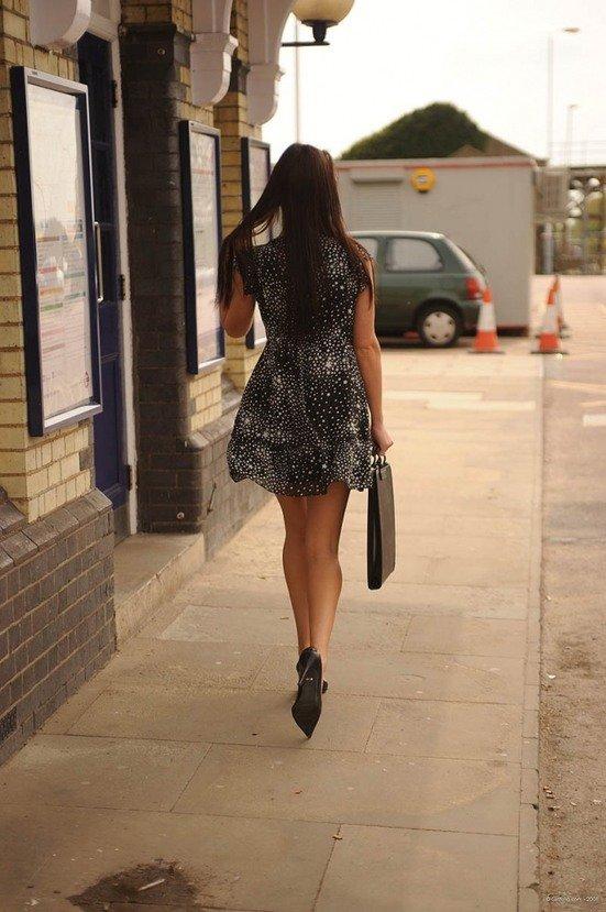 Эротическая галерея девушки брюнетки в легком черном платье