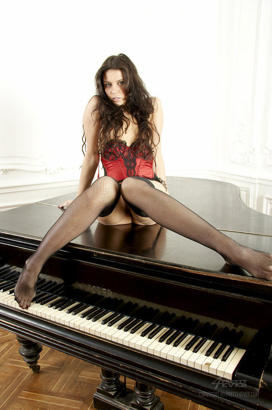 Эротическая фотогалерея шатенки секси в корсаже на рояле